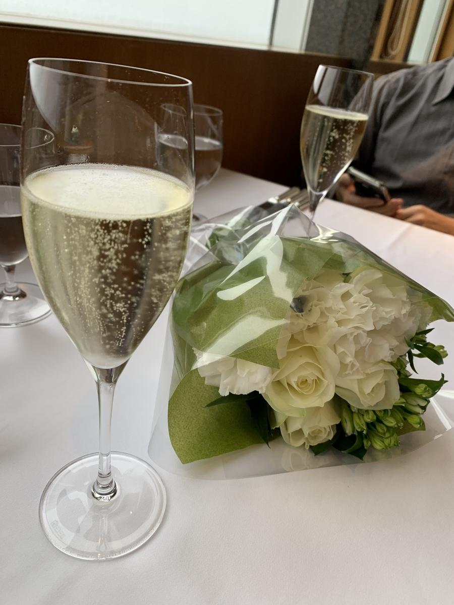 西新宿パークハイアット東京「ジランドール」のテーブルセッティング(花束)