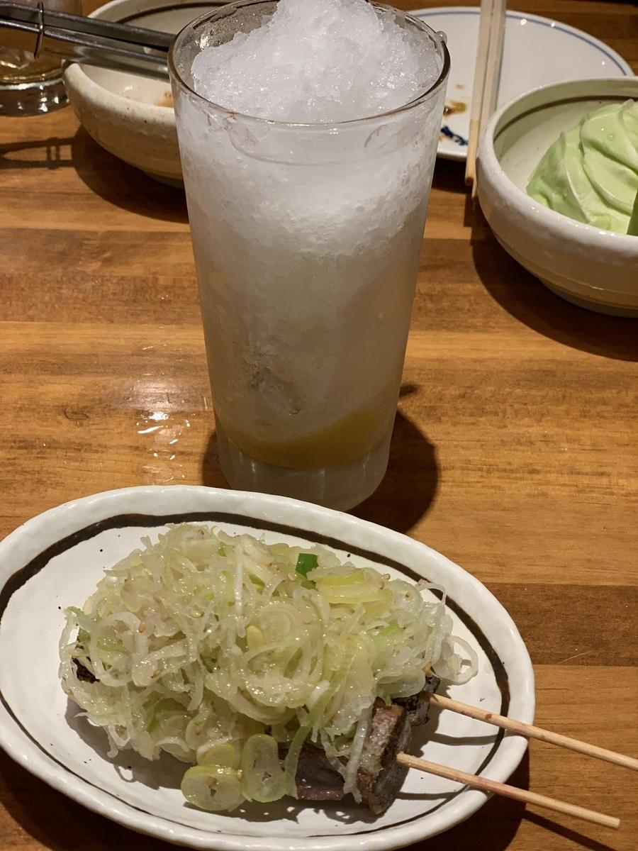 西新宿「ふじ屋」外観の串焼き(ねぎレバ)と名物レモンサワー