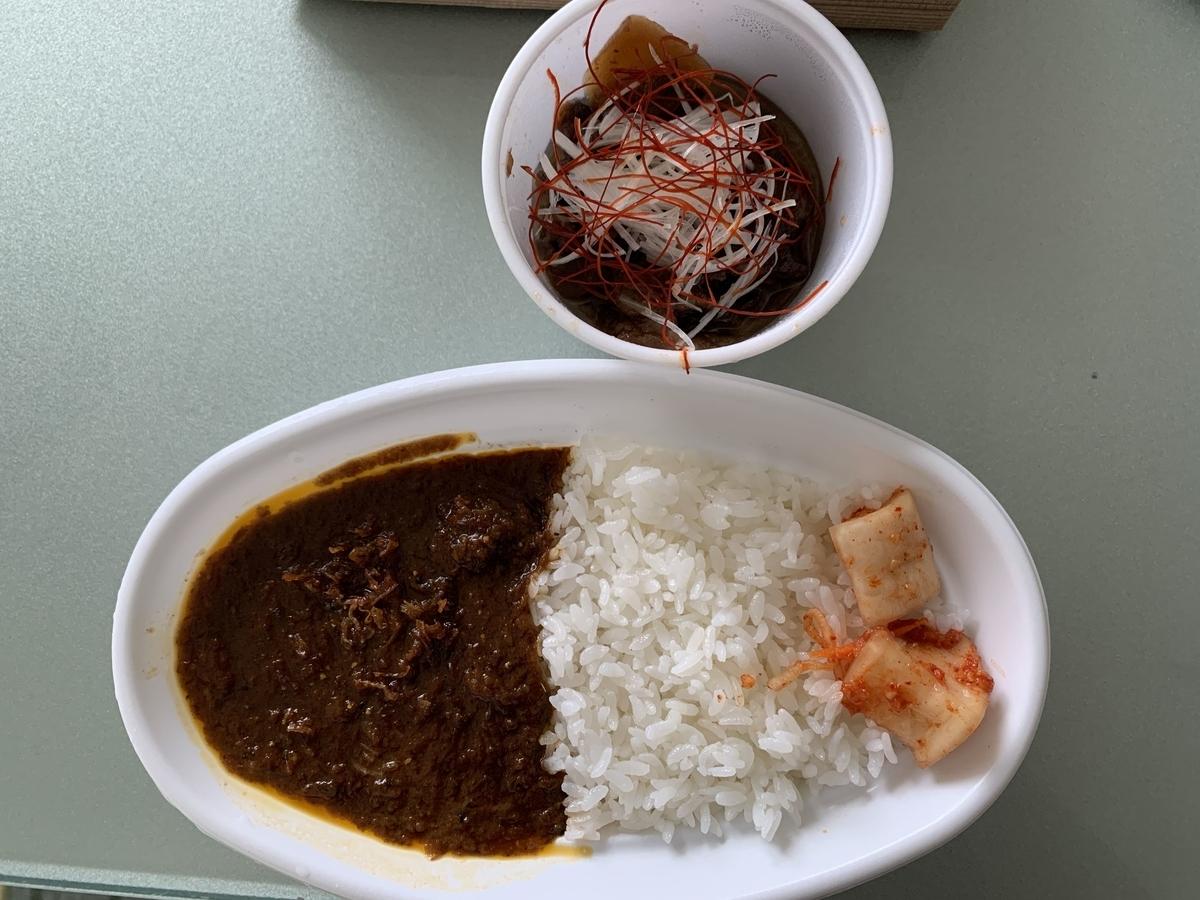 【西新宿八丁目】「黒毛和牛焼肉 白か黒」でテイクアウトした「カレー&スジ丼」