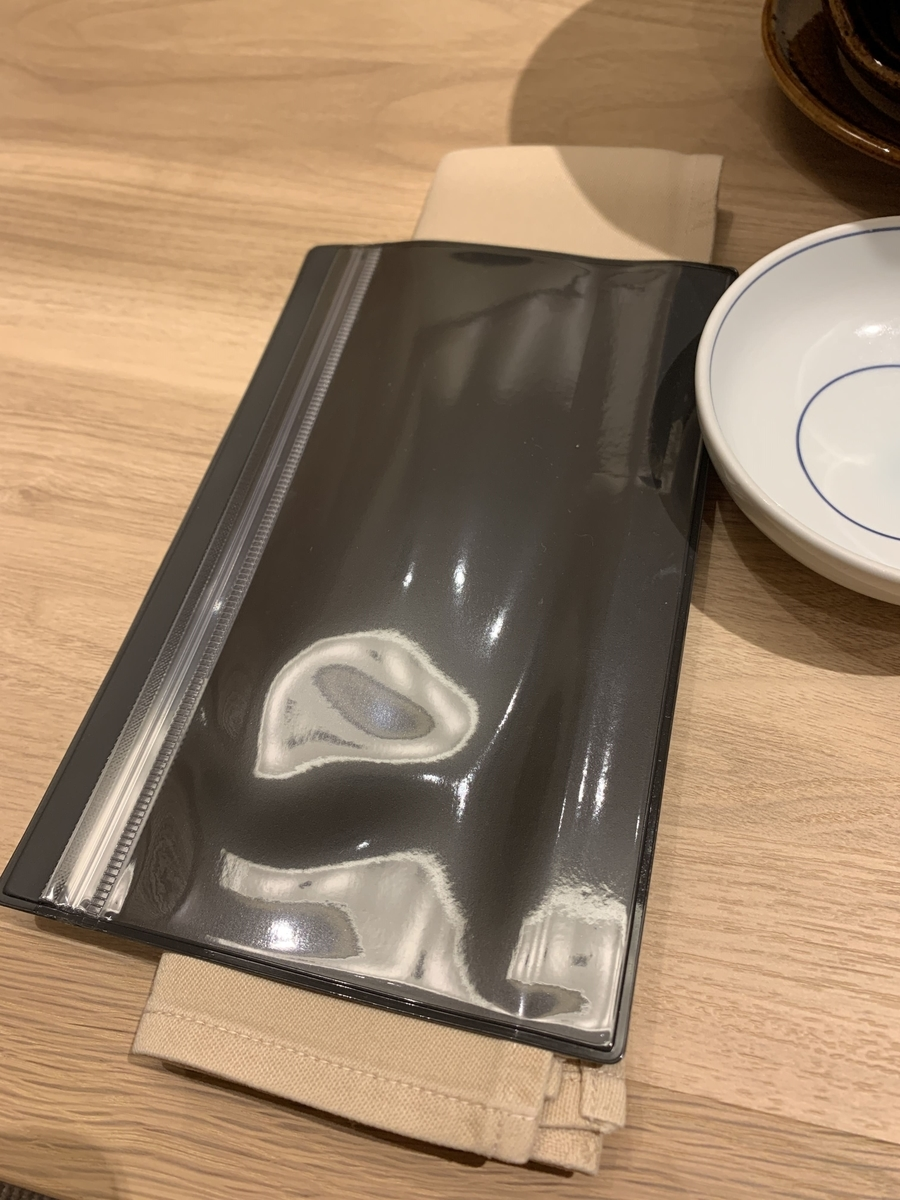 西新宿・住友ビル「個室会席 北大路 新宿茶寮」(個室内のテーブルの上に置かれたマスクケース)