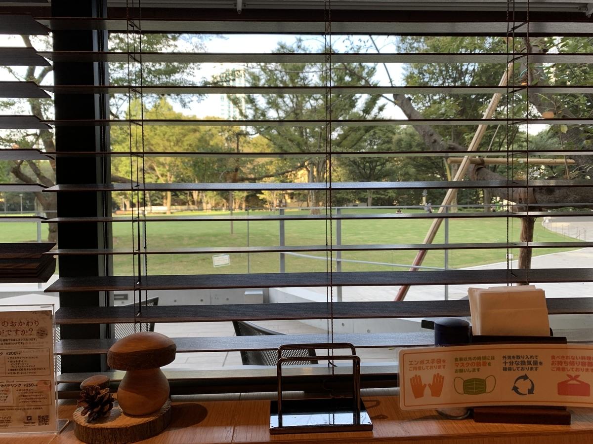 「むさしの森ダイナー新宿中央公園店」のカウンター席からの眺め