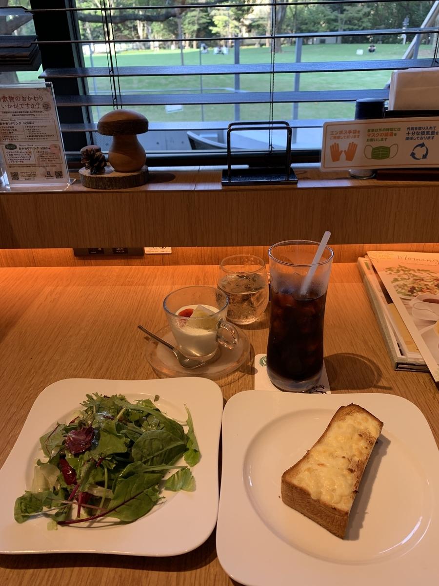 「むさしの森ダイナー新宿中央公園店」のモーニング&公園の眺め