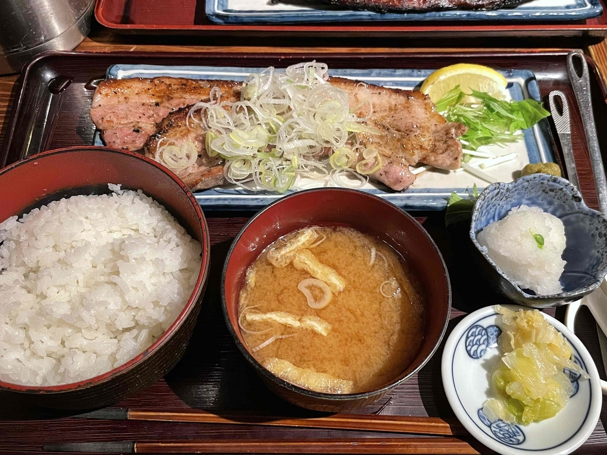 西新宿「炭火焼専門食処 白銀屋 西八の分店」のランチ定食「豚バラねぎ塩焼き定食」