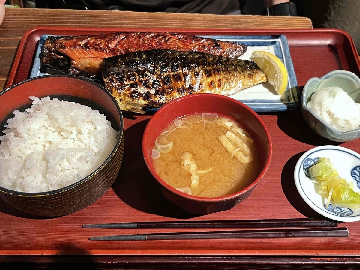 西新宿「炭火焼専門食処 白銀屋 西八の分店」のランチ定食「とろサバダブル定食」