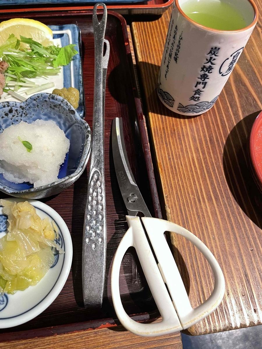 西新宿「炭火焼専門食処 白銀屋 西八の分店」肉を切るハサミとトング
