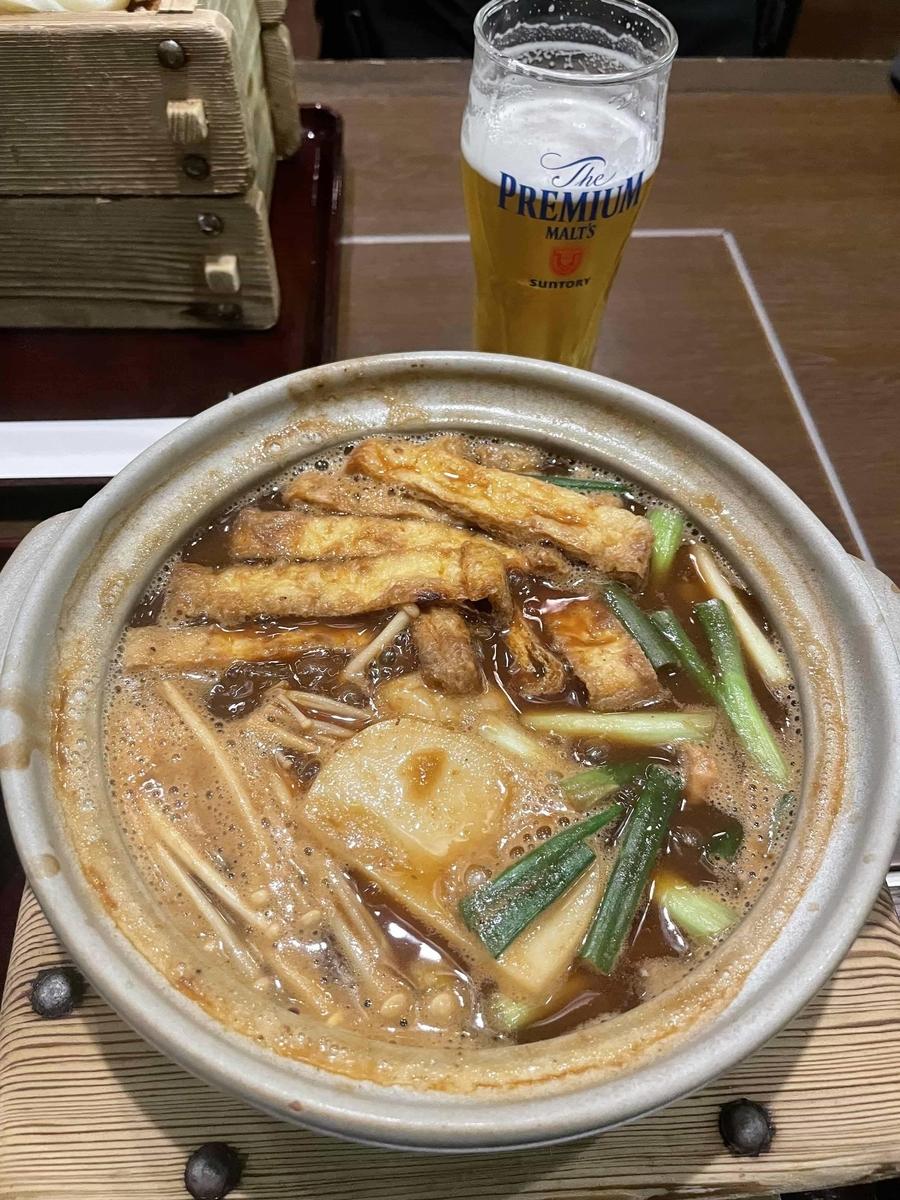 【西新宿】「三国一 アイランドイッツ店」の味噌煮込みうどんと生ビール(グラス)