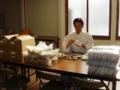 福豆を紙袋に詰める作業