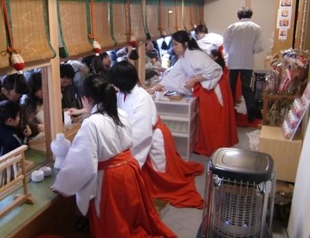 西野神社授与所で奉仕する助勤巫女達