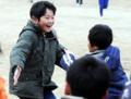 安否確認登校が行われた宮古小で、再会した友達と抱き合う子供達