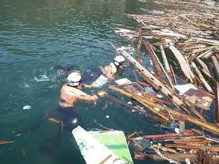 東日本大震災の被災地で活動する海上保安官 東日本大震災の被災地 個別「東日本大震災の被災地で活動