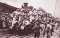 機関車にへばり付く避難民