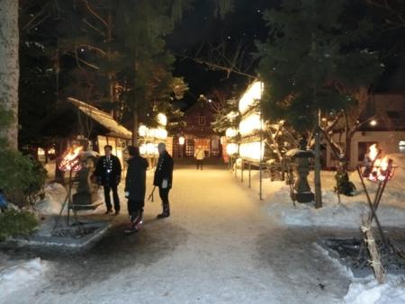 平成27年元日 西野神社境内の参道と篝火