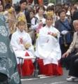 北海道神宮駐輦祭での巫女(西4丁目交差点)