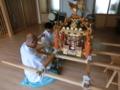 子供神輿を担ぎ棒に固定させる作業