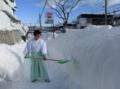 西野神社鳥居前の歩道の雪山