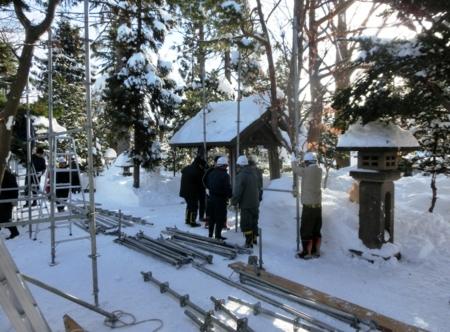 西野神社 奉納提灯の櫓組み立て