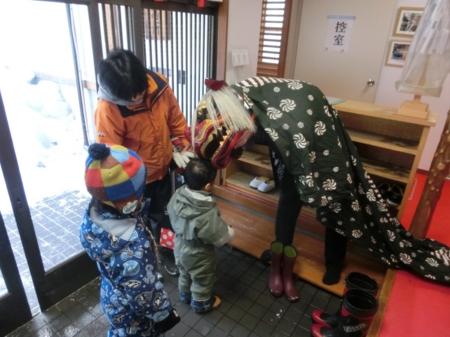 西野神社 社務所玄関にて