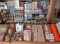 西野神社 授与所窓口に並んでいる各種授与品(平成29年末)