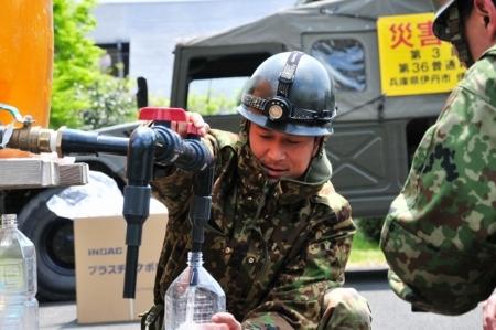 陸上自衛隊による被災地での給水支援活動