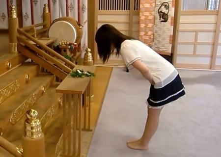西野神社の大前で拝礼する参拝者