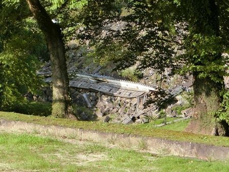 崩落したままの熊本城内の塀