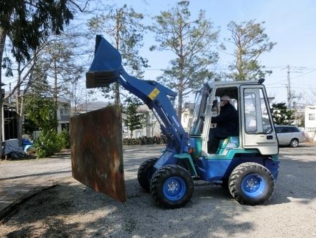 ホイールローダーを使っての鉄板吊り下げ運搬