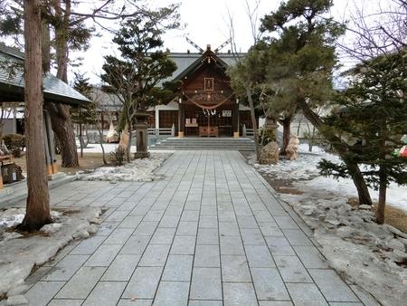 雪融けが進みつつある3月下旬の西野神社境内