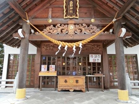 新型コロナウイルス対策のため鈴緒を外した状態となっている拝殿向拝