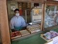 西野神社 授与所窓口(新型コロナウイルス対策のためマスクを着用)