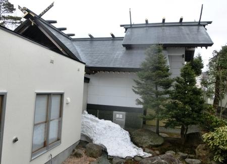 中庭の残雪(令和2年4月17日)