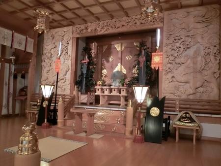 西野神社の幣殿内と本殿御扉(斜め手前から)