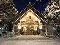 令和2年末の西野神社 ライトアップされた社殿