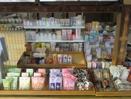 令和2年末 西野神社 授与所窓口に並べてある各種授与品