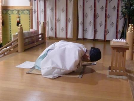 大前で拝礼する神職