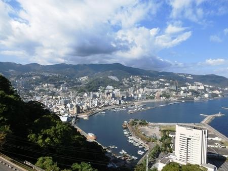 熱海城付近から伊豆山方面を望んだ景色(平成27年10月)