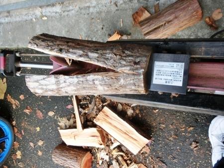 薪割り機を使っての薪割り