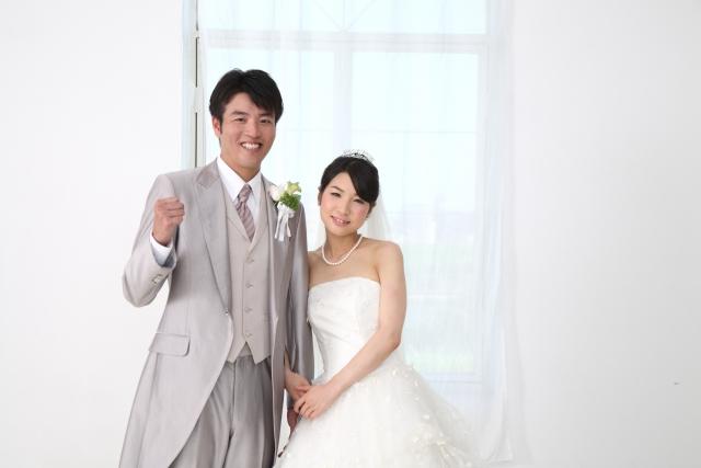 幸せそうな花嫁と新郎