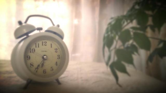 朝の時刻を示した時計