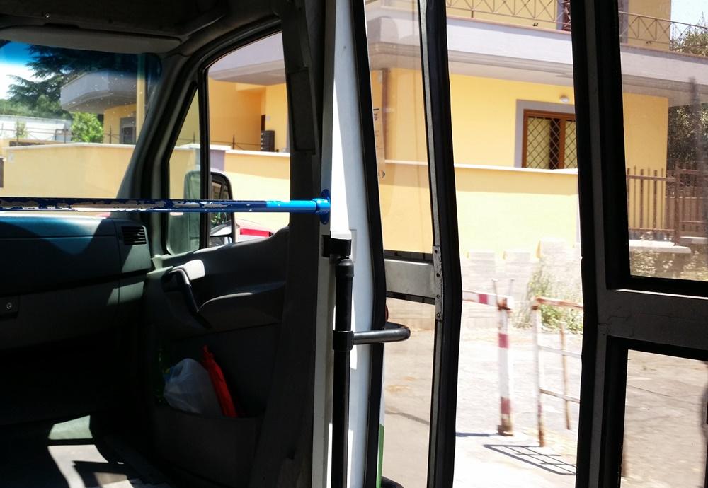 ドア開けて走るイタリアのバス