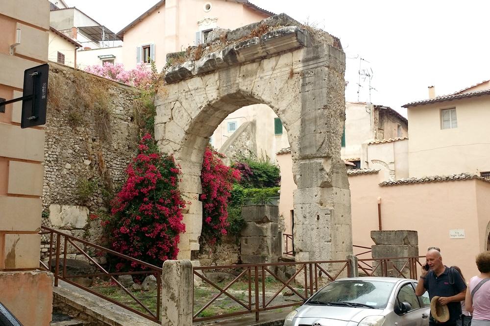テッラチーナの町中の遺跡