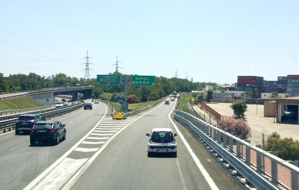 高速道路でナポリへ
