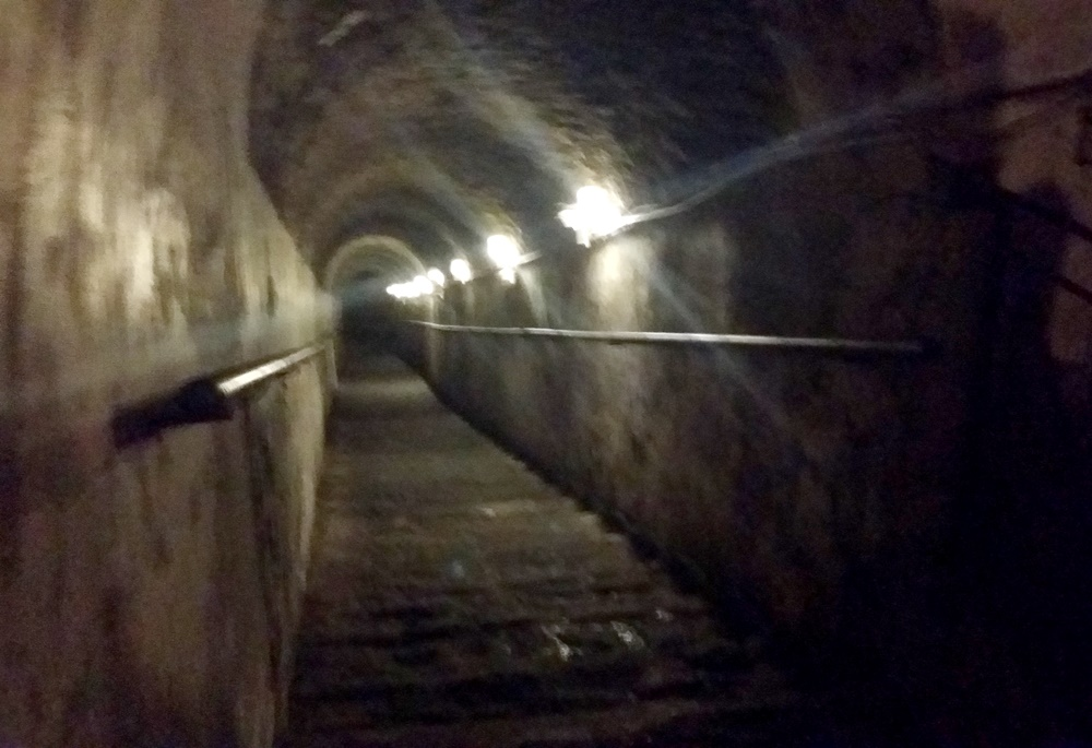 ナポリの地下都市ツアー開始