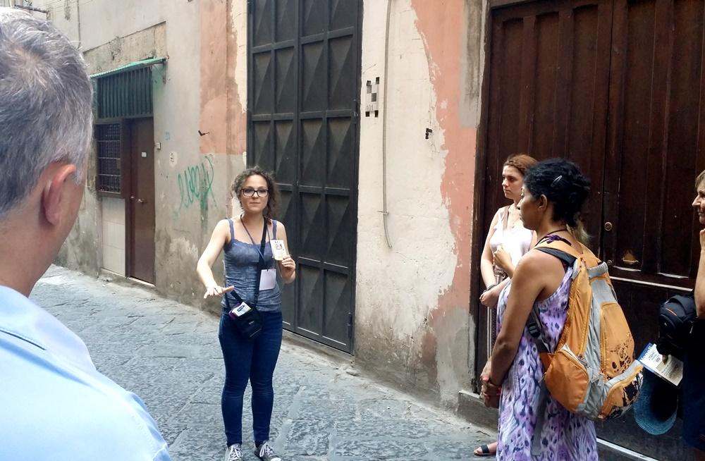 ナポリの地下都市ツアーで説明するガイド