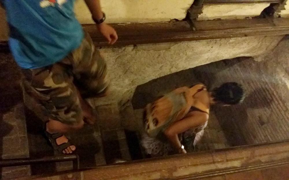 ナポリの地下都市ツアーの民家の地下へ