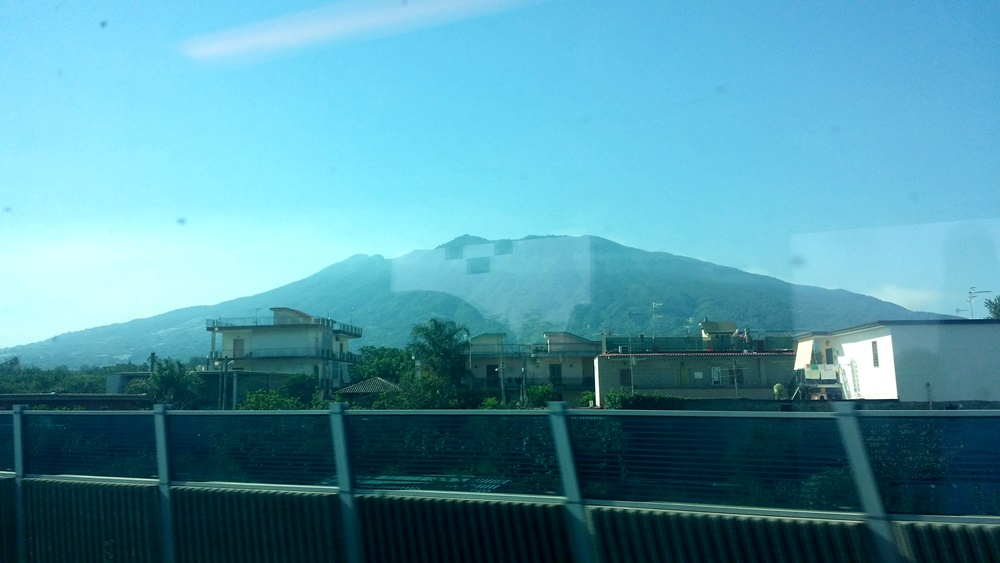 車窓のヴェスヴィオス火山