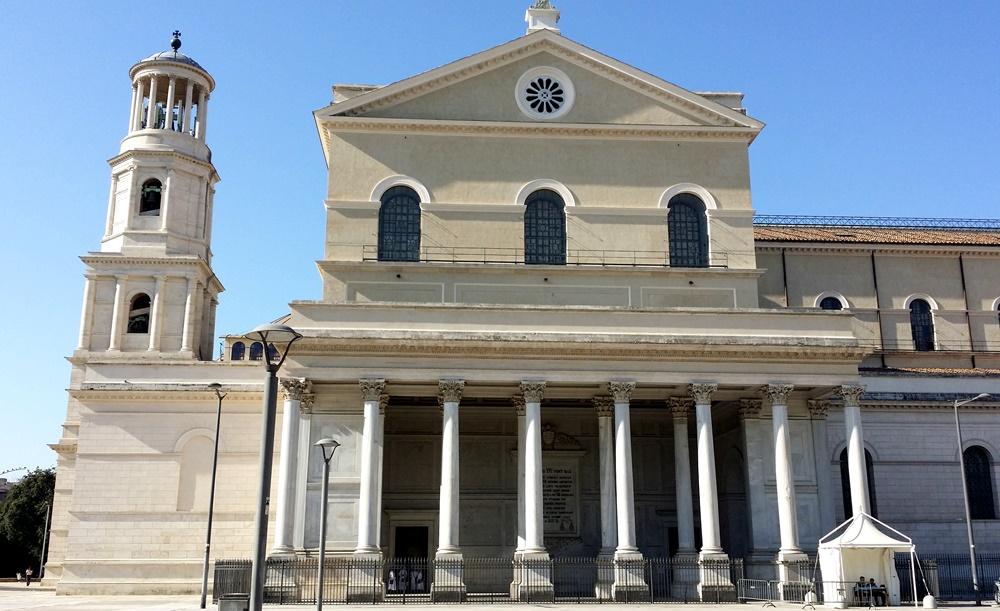 サン・パオロ・フォーリ・レ・ムーラ大聖堂の横から