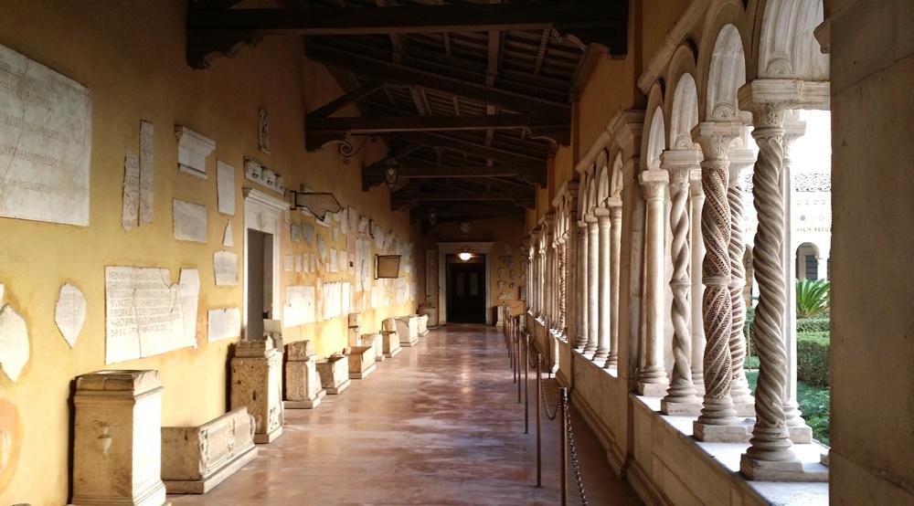 サン・パオロ・フォーリ・レ・ムーラ大聖堂のキオストロ