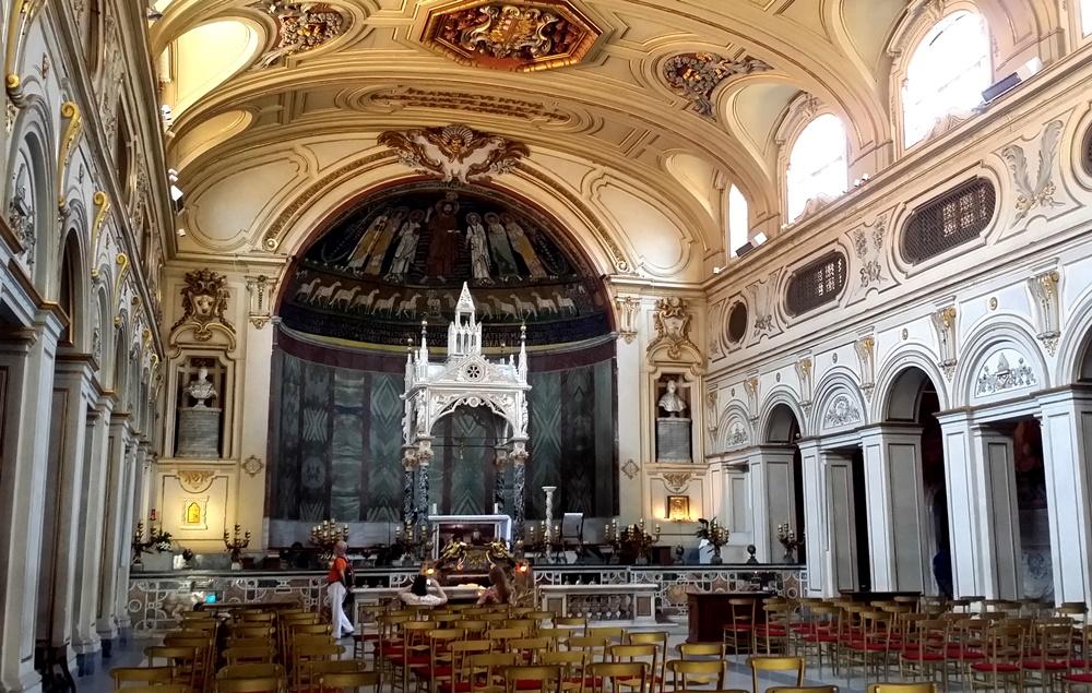 サンタ・チェチーリア・イン・トラステヴェレ教会の内部