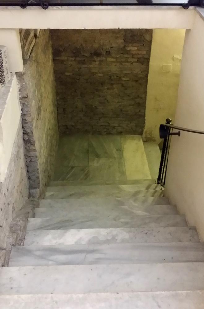 サンタ・チェチーリア・イン・トラステヴェレ教会の地下へ