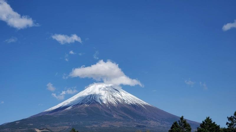 車窓から見える美しい富士山